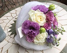 お祝い用5000円紫と白の華やかなブーケ